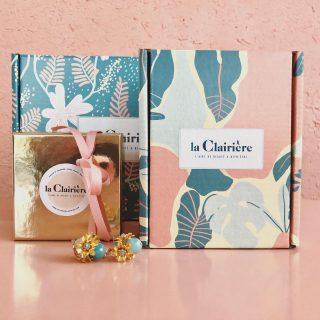 🌿COFFRETS DE NOËL 🌿 . . Vous ne connaissez pas encore les magnifiques coffrets de @laclairiere_bienetre ? Au couleurs de nos cartes cadeaux...  . Personnalisez-les avec les produits en boutique. Il y en a pour petits et grands : librairie, bijoux, lunchbox, gourdes, épicerie, thé & infusions en vrac, savons, bougies, diffuseurs, zafus, trousseaux de naissance, eaux florales....  . . . Alors il est grand temps de faire une visite dans notre boutique à Pantin 🎄  . . Le petit coffret est offert à partir de 25€ d'achat de produits, le grand à partir de 45€. . . Retrouvez toutes nos marques et créateurs partenaires @mymorphee @librecommelairzen @la_poule_pondeuse @nagawika_les_doudous @monbento @la.main.noire @fineteaparis @kurebazaar @savon.stories @lilylolouk @phyts_france @bomoi.fr @druydes @mariegoldjewellery @editionslaplage et bientôt parmi nous les marques @antipodesskincare et @minimaliste.green 🌿🌸🌈 . . #laclairierebienetre #christmas #coffrets #coffretscadeaux #madeinpantin #pantinisbeautiful #pantin #shopping #shop #boutiqueenligne