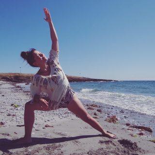"""Comme tous les vendredis soir, retrouvez @audreyb.coaching de 19h à 20h15 pour une séance de pilates Yang-Yin yoga 🧘🏼♀️  . . Découvrez une séance qui allie la puissance du yang durant une pratique de 45 min de pilates, et la douceur du yin sur 30 min de Yin yoga accompagné par Audrey aux bols tibétains. Un cours complet qui vous permettra de renforcer vos muscles, vous détendre et équilibrer vos énergies en fin de semaine. Une séance zen pour optimiser votre couvre-feu ! . . Inscription en ligne sur la page """"Je réserve"""". Crédit d'un forfait en cours ou 10€. Le lien zoom est envoyé avant la séance. . . #laclairierebienetre #yangying #yoga #pilates #zoom #wellness"""