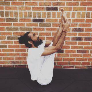 🌿ATELIER ASHTANGA, CONSTRUCTION, ADAPTATION 🧘🏽. . 🧘🏼♀️le samedi 3 avril de 14h à 16h30 en presentiel à la Clairière avec @loganadhen  . .  Dans cet atelier, nous plongerons en nous-mêmes à travers la pratique du yoga Ashtanga dynamique. . . L'intérêt de cet atelier d'Ashtanga vous permet de retrouver votre force physique et mentale.  Vous découvrirez comment construire chaque posture avec d'éventuelles modificatios pour eviter les blessures frequemment rencontrées dans ce type de pratique. Cela vous permettra egalement d'approfondir et  dans votre pratique.  À travers cet atelier, vous verrez que la pratique du yoga Ashtanga peut s'adapter a tous.  L'atelier se deroulera de la facon suivante:  - Salutations au soleil A et B - Postures début - Postures assises - Postures couchées - Relaxation . Il y aura egalement un petit temps de questions/réponses . .  Date : samedi 3 avril à 14h Durée : 2h30 Tarif : 45€ Inscription :sur notre site en ligne, sur le planning de notre page «JE RÉSERVE»  . Conditions : Cet atelier se déroule dans les normes sanitaires et légales. Un certificat médical est obligatoire pour y participer. . #atelier #ashtangayoga #laclairiere #workshop #yoga #yogapractice