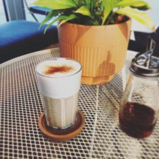 Le restaurant fait le pont jusqu'à jeudi mais pas le salon de thé !  . . Vous êtes les bienvenues pour une boisson chaude ou fraîche, des petits gateaux ou nos glaces maison. Le combo boule vanille avec le brownie chocolat noix ss gluten est à tomber :)  . . #laclairiere #laclairierebienetre #salondethe #pantin #pantinmaville #auchaud #latte #gouter