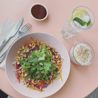 Pad Thaï Raw et son bol de riz chaud 🌿🌸 . . Encore au menu Aujourd'hui et demain !  . . #restaurantpantin #laclairierebienetre #naturopathie #healthyfood #bonjourpantin #atable